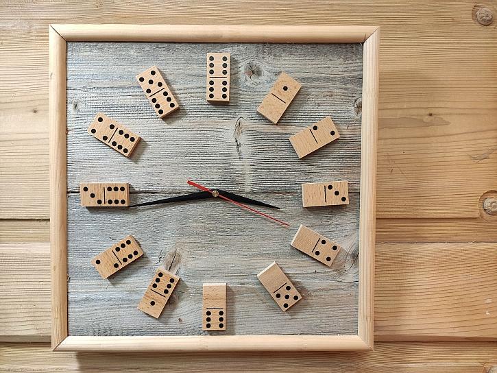Vyrobte si originální dřevěné hodiny s dominem (Zdroj: HobbyPRstudio)