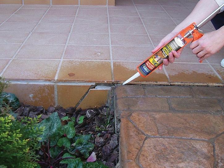 Prasklá dlaždice - není problém slepit i opravit spáru