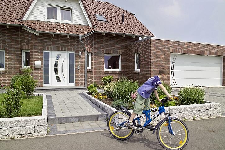 Zajistěte si snadný vjezd na pozemek pomocí garážových vrat a brány (Zdroj: Hörmann)