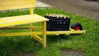 Každý kutil si zamiluje tuto lavičku s držákem na piva