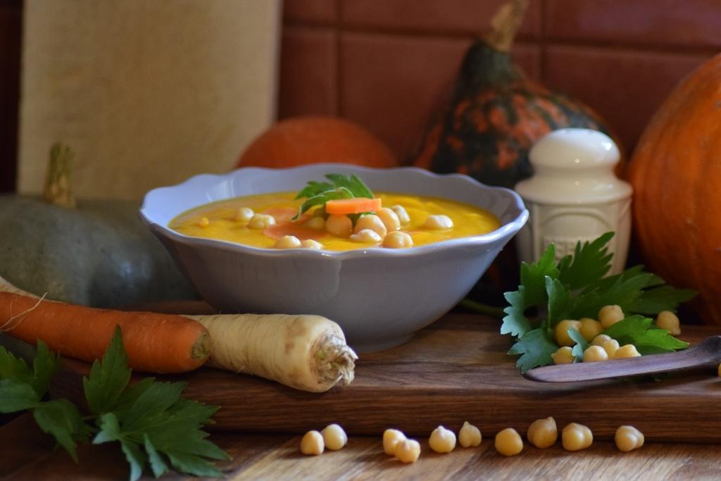 Krémová polévka zdýně Hokkaido skřupavou cizrnou