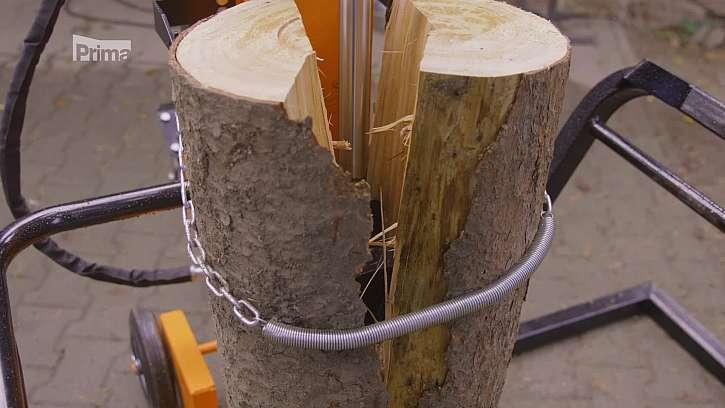 Štípání dřeva pomocí štípačky.