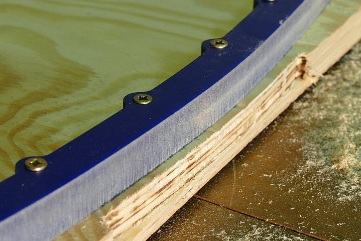 Velký kopírovací kroužek a úzká fréza znamená větší odstup řezu od přípravku