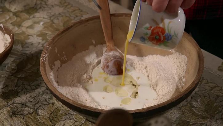 Přilití rozkvedlaného vajíčka