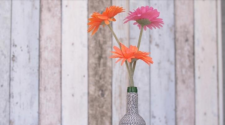 Omotávaná váza z láhve od vína