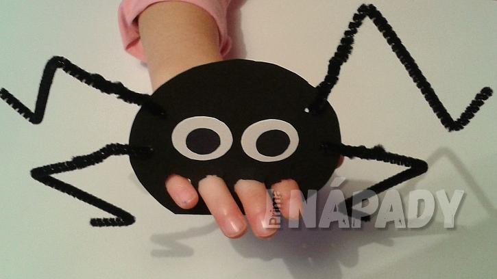 Pavouček: vystřihněte čtyři dírky na prsty