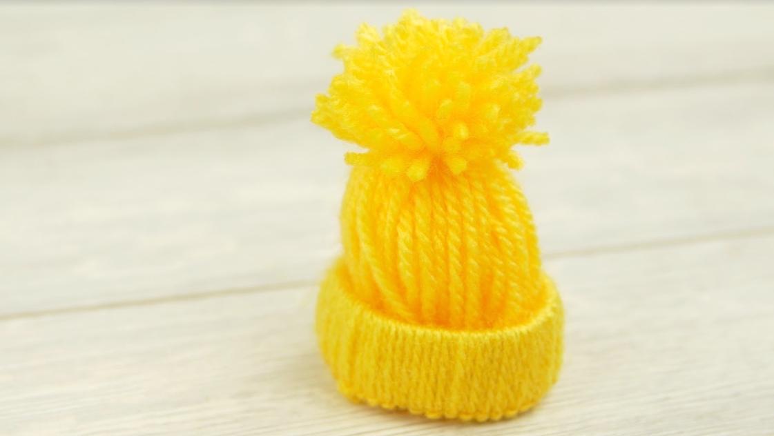 Miniaturní čepička jako vtipná zimní dekorace na vajíčka ksnídani