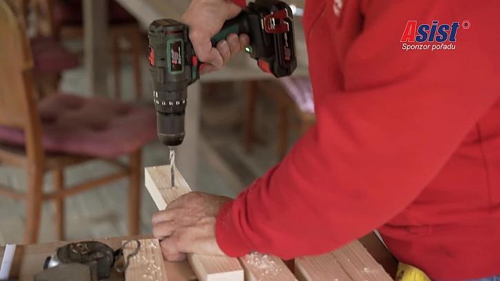 Vrtání díry do dřevěné laťka