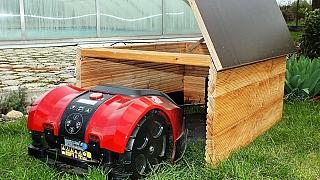 Robotická sekačka šetří čas: Udělejte pro ni dřevěný domeček