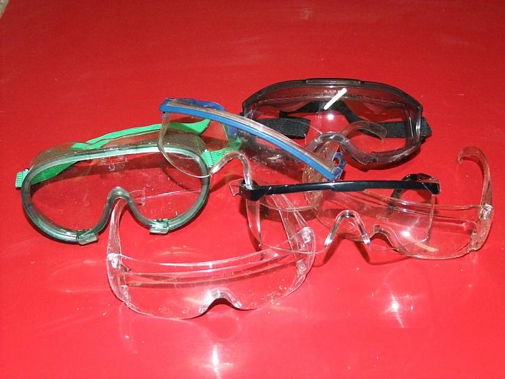 ...proto bychom nikdy neměli zapomenout na ochranné brýle
