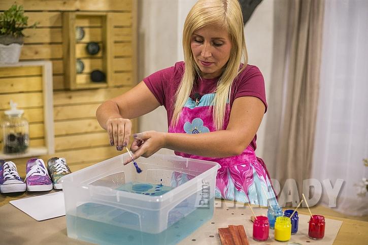 Příprava barev na vodní hladině