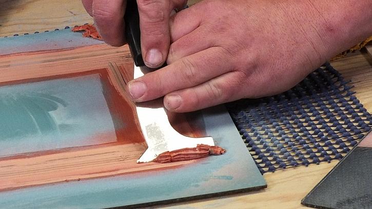 Dekorování zrcadla ze zadní strany: ostrou špachtlí seškrábneme odstraňovač barev
