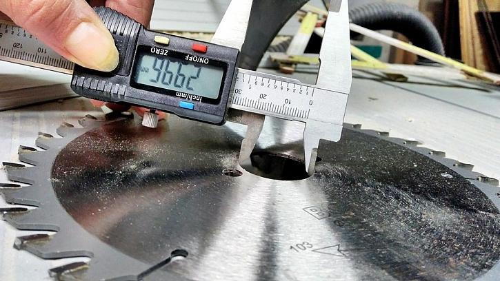Posuvkou změříme průměr hřídele pro nasazení kotouče pily