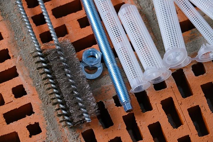 Při použití chemické kotvy budete potřebovat několik specifických pomůcek