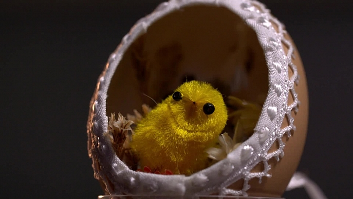 Otevřené vajíčko s dekorací