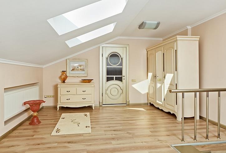 Aby si dřevěná podlaha zachovala maximální životnost a dokonalý vzhled je nutné ji opatřit ochranným nátěrem