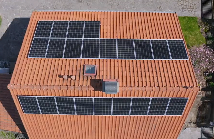 Solár, obě strany střechy