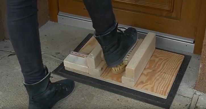 Dřevěná rohožka a čistič na boty v jednom