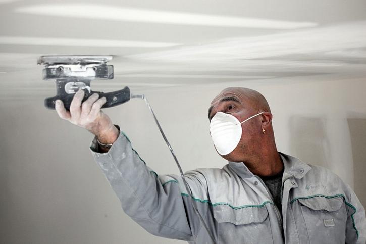 Použití respirátoru při broušení desek je nezbytné vzhledem k vysoké prašnosti.