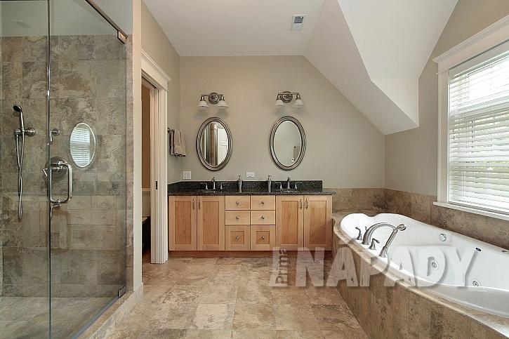 Velká luxusní koupelna se dvěma zrcadly a umyvadly, sprchovým koutem a vanou