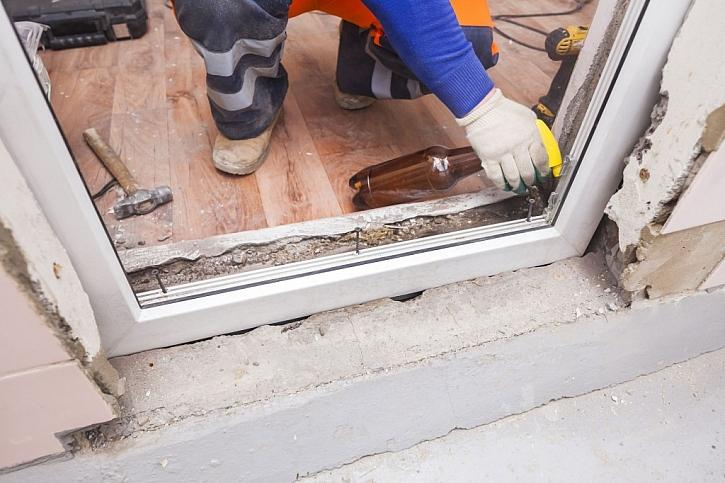 Upevnění a vyrovnání rámu v rámci výměny oken