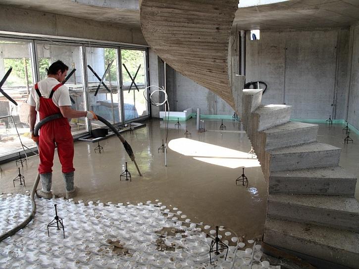 Výhody lité anhydritové podlahy při pokládce podlahového topení