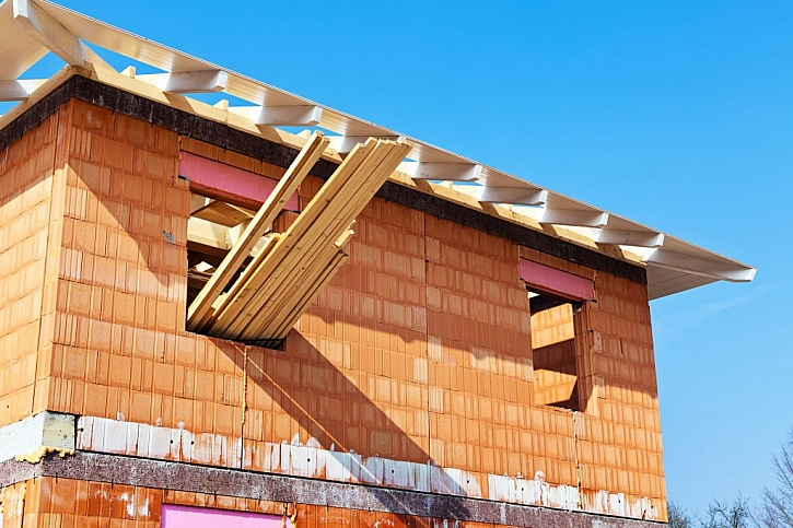 Hrubá stavba je jednou z možností, kterou můžete zvolit při pořizování nového bydlení. Jejím téměř opakem je dům na klíč