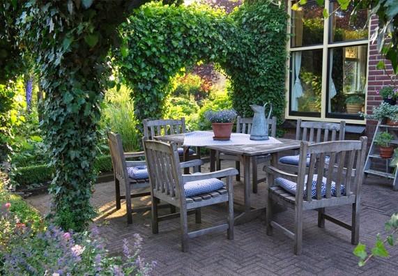 1. Dřevěný zahradní nábytek