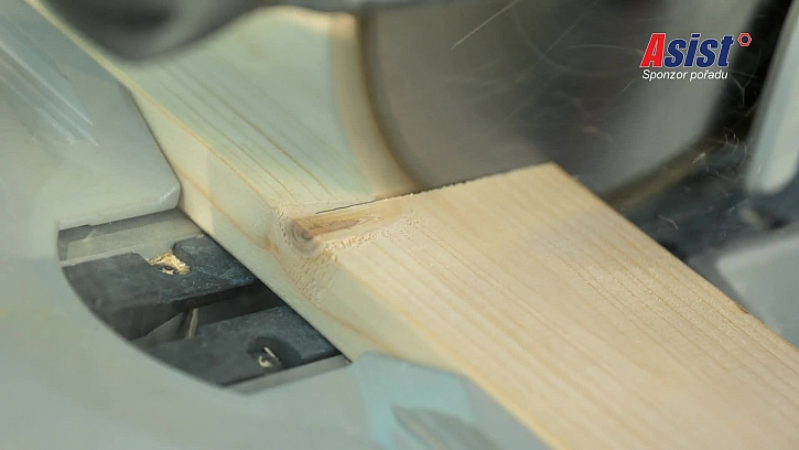 Řezání dřeva pilou
