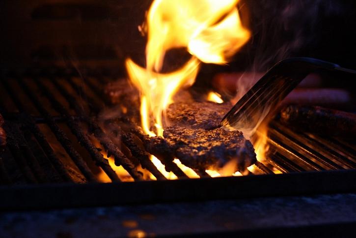 Lidé se nejčastěji popálí ohněm a vařícími tekutinami