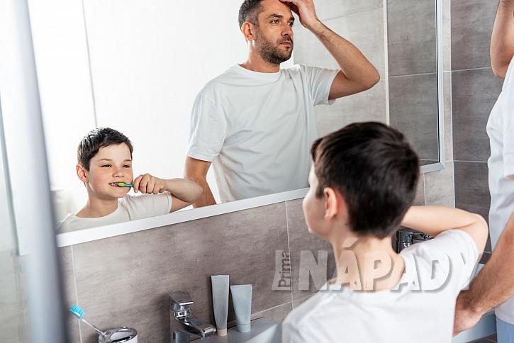 Otec se synem před zrcadlem v koupelně