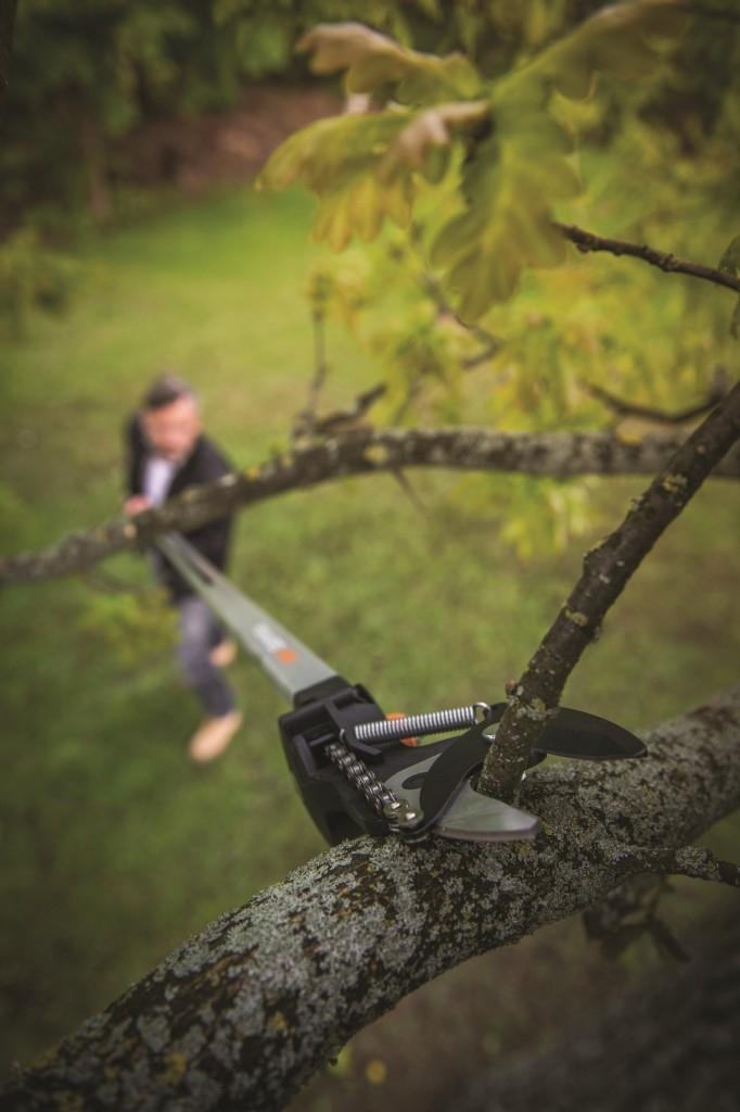 Univerzální zahradní nůžky teleskopické vám umožní dostat se do špatně přístupných míst v korunách stromů z pohodlí země. Teleskopická násada dosáhne do výšky až 6 m.