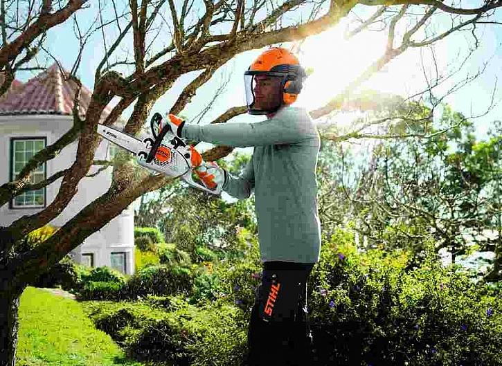 - lehká, obratná a přesná pila pro úpravu a prořezávání větví