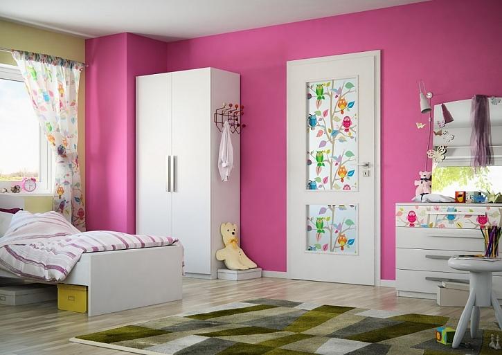 Hladké bílé dveře Swing se dvěma skleněnými výplněmi s barevným digitálním potiskem SAPELI, cena včetně potisku 15 743 Kč vč. DPH.