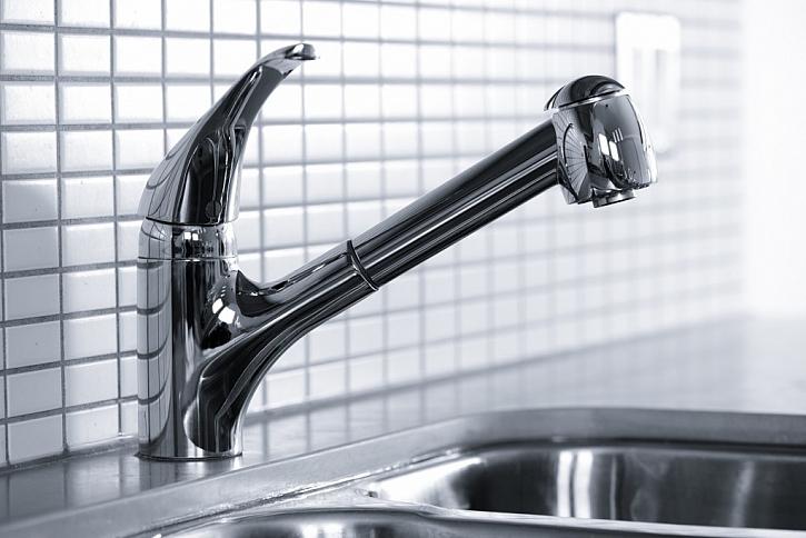 Vodní kámen z vodovodní baterie odstraníte buď chemickými prostředky, nebo si můžete pomoci přírodními zdroji. (Zdroj: Depositphotos)