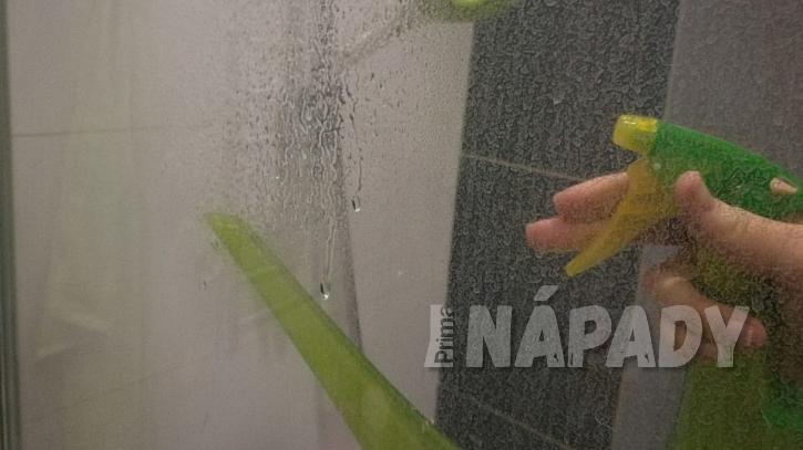 Postříkejte sprchovou zástěnu citronovou šťávou