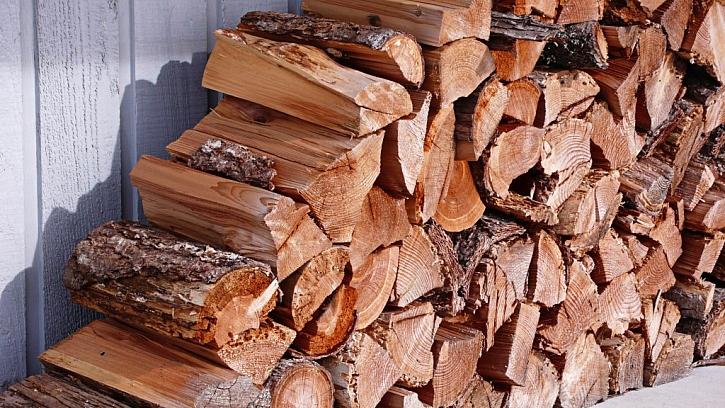 Palivové dřevo musí být dobře proschlé, jinak nebude hořet