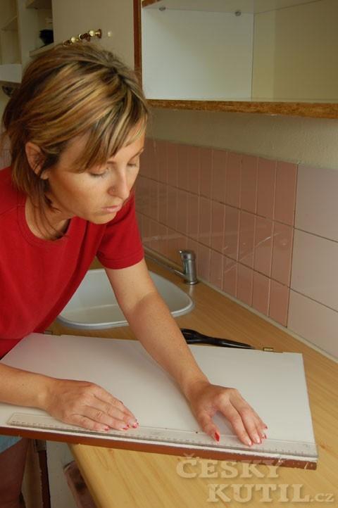 Návod na vymalování stěn samolepicími tapetami