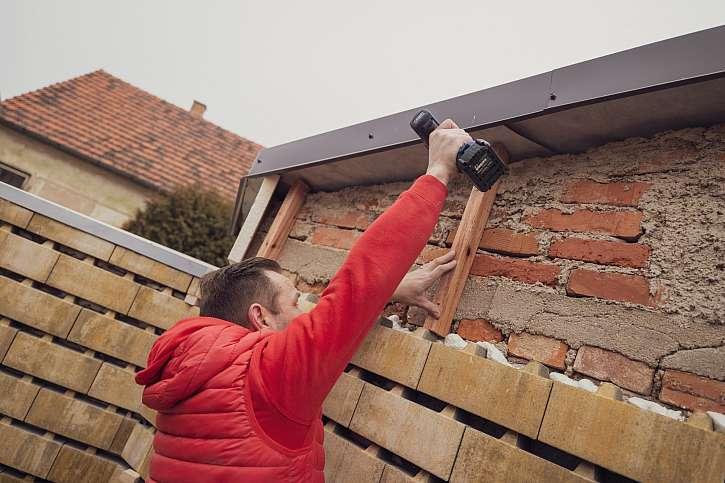 Příprava montáže prken pod střechu