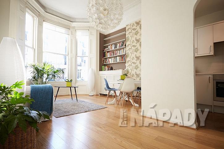 Obývací pokoj s dřevěnou podlahou