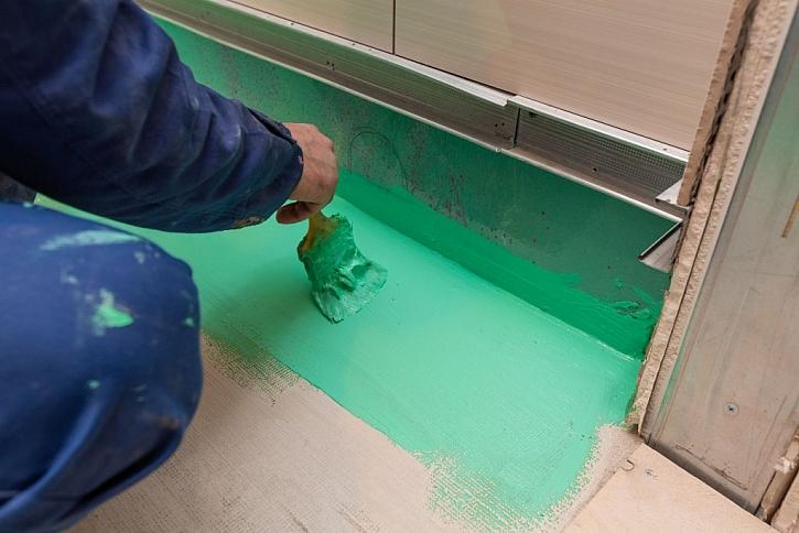Hydroizolační nátěr aplikujte na podlahu a část zdi nad podlahou