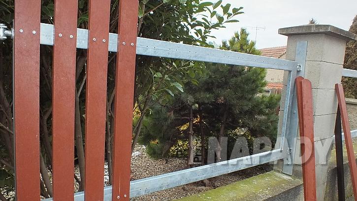 Výměna starých plotových planěk za plastové  12