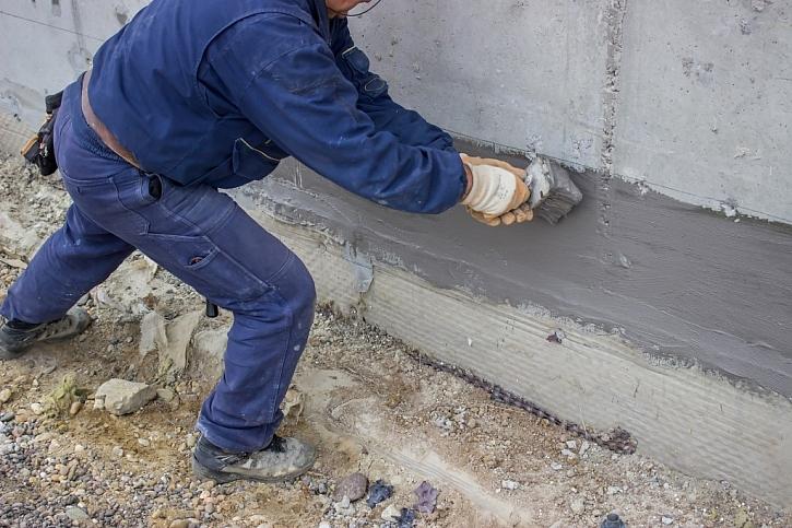 Hydroizolace je další z možností, jak omezit vzlínající vlhkost do zdí