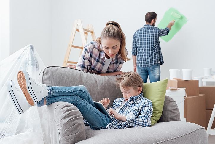 Chlapec čte, rodiče malují