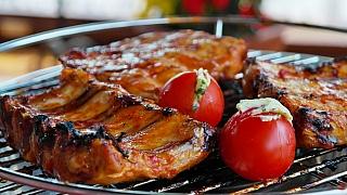 Vepřové maso na grilu: Dáte si bůček s křenem, či žebírka v švestkové marinádě?