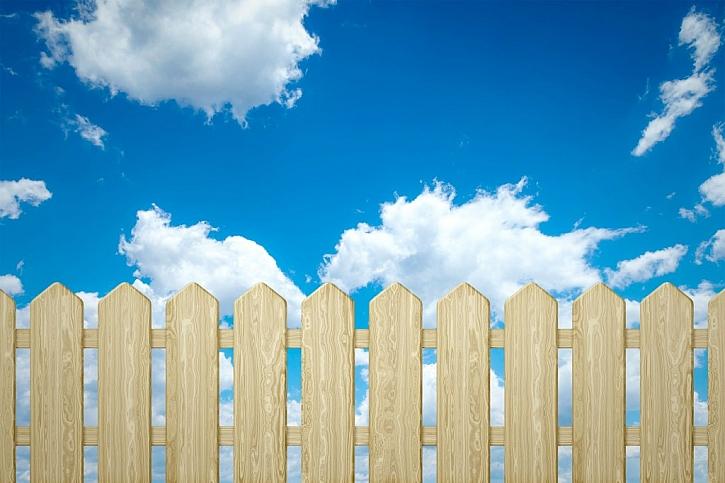 Dřevěný plot může být natřený bezbarvým lakem