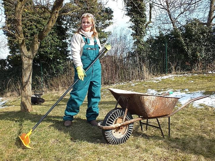 Na jarní úklid zahrady s Brudrou