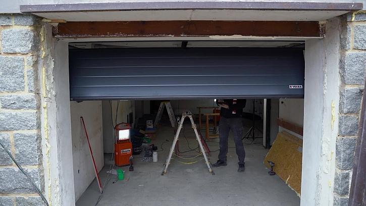 Ve 24. dílu Online stavebního deníku se pustíme do výmalby interiéru a montáže garážových vrat
