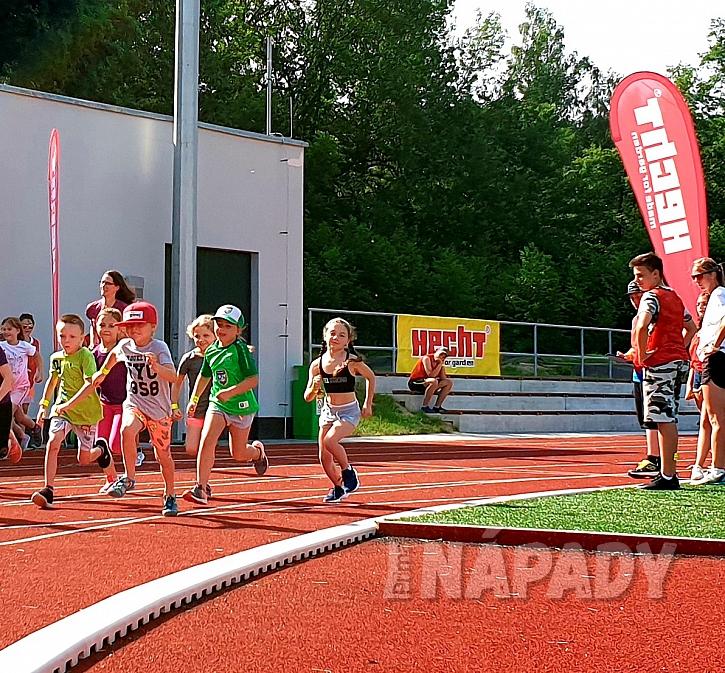 Skupina dětí běží závod