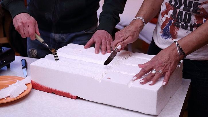 Jak vyrobit krb z polystyrenu: rozehřátou vidličkou vydrápeme strukturu dřeva